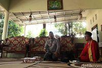 Ustaz Ali sekaligus Ta'mir masjid (Randy/detikTravel)