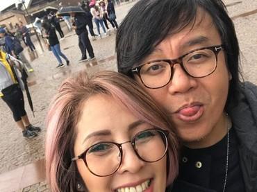 Kalau dilihat-lihat, Ari Lasso hobi pose melet ketika foto bareng istri tercinta nih. (Foto: Instagram/ @vitta_dessy)