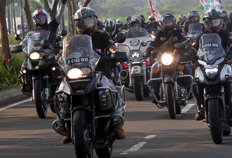 Ketua Umum Ikatan Motor Besar Indonesia (IMBI) Komisaris Jenderal Polisi M Iriawan saat menyerahkan bantuan kepada Pondok Pesantren Nurul Hidayah dan Yayasan Madrasah Ibtidaiyah Al Khairiyah. Bantuan ini merupakan bagian dari inisiatif riding sambil berbagi yang bertajuk
