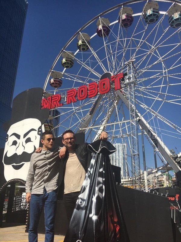 Rami berfoto di bianglala Mr Robot Ferris Wheel di Austin, Texas (@ItsRamiMalek/Twitter)