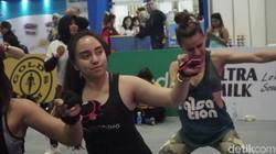 Belakangan ini selebgram Salmafina Sunan tengah menekuni olahraga Piloxing. Olahraga ini menggabungkan pilates, dance, serta boxing. Awas kena tonjok!