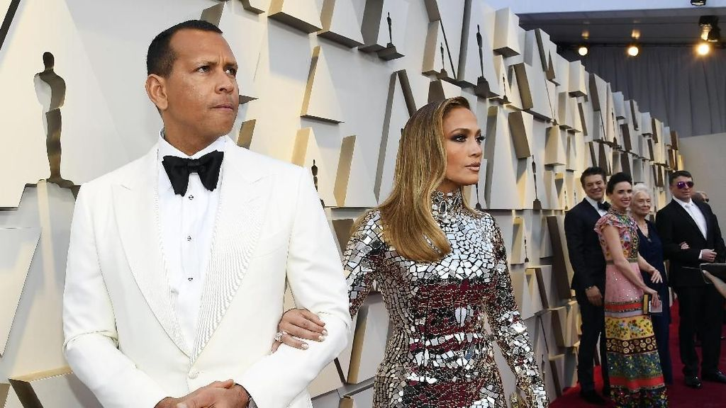 Selamat! Jennifer Lopez Resmi Tunangan