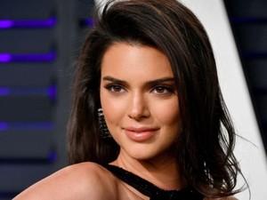 Hii! Kendall Jenner Ikat Rambut Pakai Ular Peliharaannya