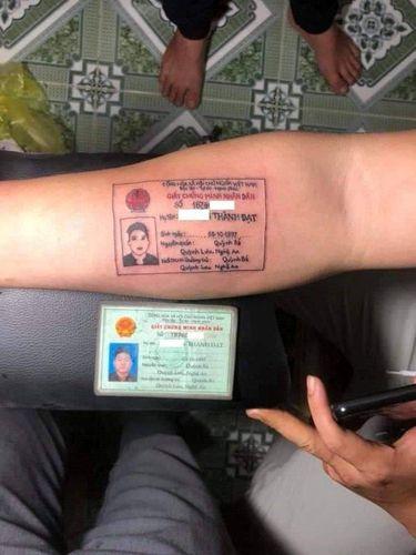 Pria bikin tato bergambar kartu identitasnya