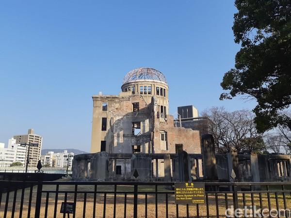Walau telah hancur bagian atasnya, bangunan ini masih tegap di beberapa sisi. Sejak kejadian bersejarah tersebut, bangunan ini diberi nama A-bomb Dome. (Bonauli/detikTravel)