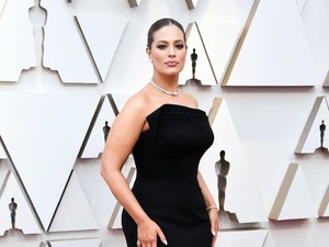 Pamer Stretch Marks di Instagram, Model Ashley Graham Dipuji