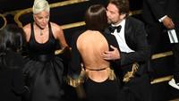 Sebelum asyik bermesraan dengan Lady Gagakala membawakan Shallow, ternyata Bradley Cooper minta izin Irina Shayk dulu.Kevin Winter/Getty Images