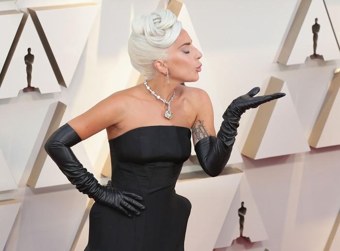 Lady Gaga tidur dalam cangkang telur yang dipakainya pada video Born This Way. Gaga menyebutnya sebagai kapal dan ia bisa tidur 3 malam di cangkangnya itu. (Foto: Neilson Barnard/Getty Images)