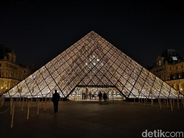 Museum Louvre saat malam hari