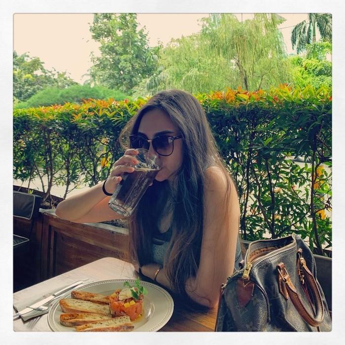 Mantan istri Taqy Malik itu juga penggemar minuman berkafein. Beberapa hari yang lalu, Salma mengunggah foto saat dirinya menyeruput segelas americano dingin. Foto: Instagram salmafinasunan
