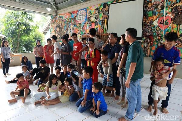Perjalanan ditutup dengan kunjungan sosial ke Yayasan Kampus Diakonia Modern (KDM). Traveler bisa bermain dengan anak-anak yatim piatu dari berbagai latar belakang dan agama (Randy/detikTravel)