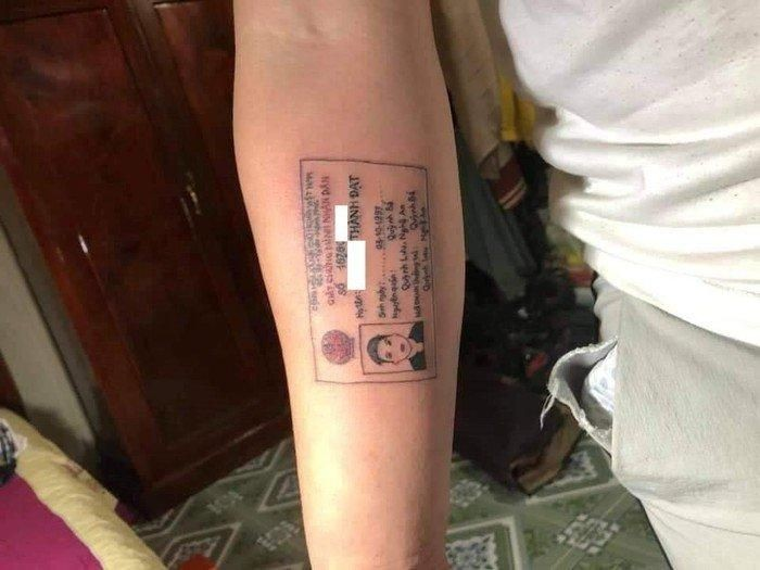 Pria bikin tato bergambar kartu identitasnya. Foto: Istimewa