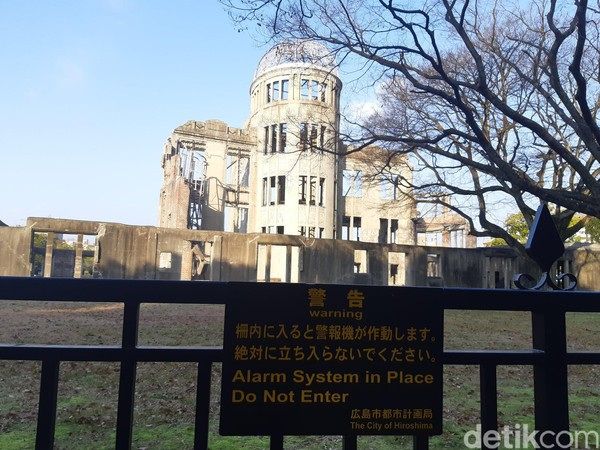 Sekeliling A-bomb Dome diberi pagar pembatas. Peringatan untuk tidak masuk dan adanya alarm untuk penjagaan disertakan dibeberapa tempat. (Bonauli/detikTravel)