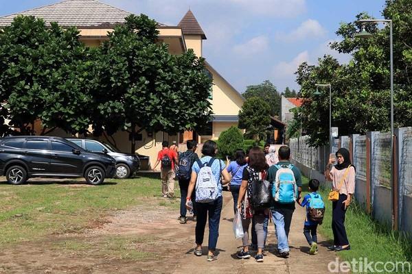 Kampung Sawah di Kota Bekasi dikenal akan masyarakatnya yang majemuk. Buktinya, ada masjid dan gereja yang saling berdampingan (Randy/detikTravel)