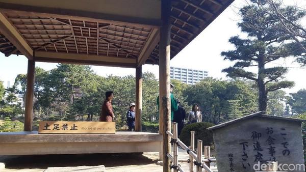 Di atas bukit, ada gazebo kecil untuk minum teh pada zaman dulu. Sekarang spot ini digunakan untuk berfoto dan beristirahat sejenak untuk wisatawan. (Bonauli/detikTravel)