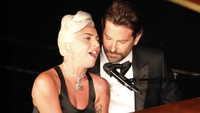 Karena film tersebut, Lady Gaga dan Bradley kerap tampil sangat mesra saat membawakan OST-nya.REUTERS/Mike Blake