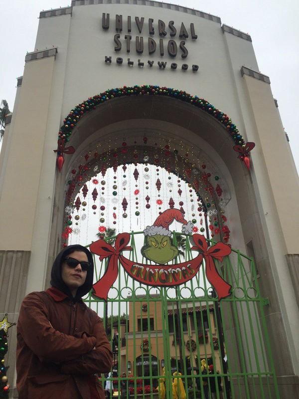 Gayannya saat liburan di Universal Studios Hollywood. (@ItsRamiMalek/Twitter)