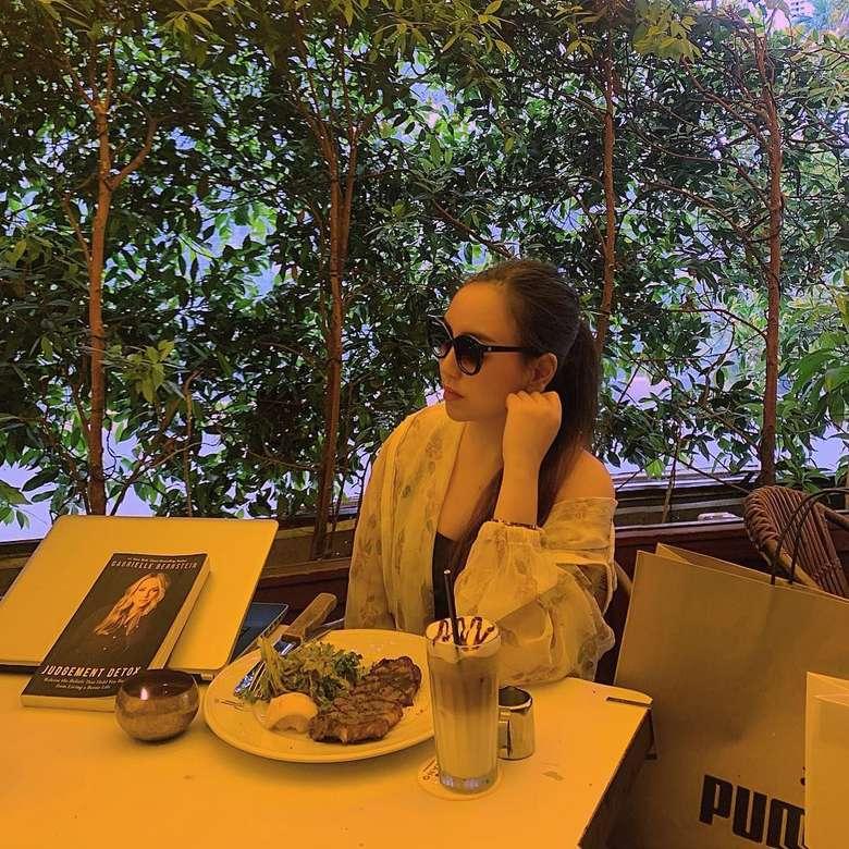 Putri pengacara Sunan Kalijaga ini tengah jadi perbincangan hangat lantaran keputusannya melepas hijab. Publik juga dikejutkan lewat potretnya saat berolahraga dan mengenakan sport bra. Foto: Instagram salmafinasunan