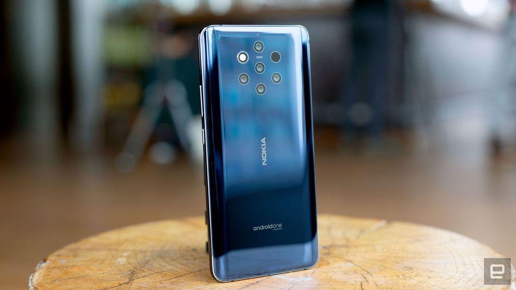 Nokia 9 Purevies sebagai smartphone pertama dengan lima kamera belakang di dunia. Kelima kamera itu sendiri seluruhnya mengusung lensa Carl Zeiss. Foto: Chris Velazco/Engadget