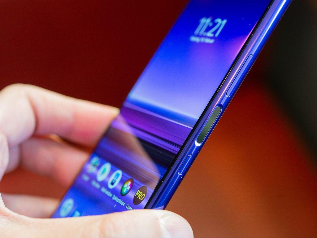 Xperia 1 merupakan smartphone pertama yang menggunakan layar panel 4K HDR OLED. Ponsel ini telah memiliki sertifikat anti air IP68, dan bodinya dibalut dengan Gorilla Glass 6 di bagian depan dan belakang. (Foto: Dok. Android Authority)