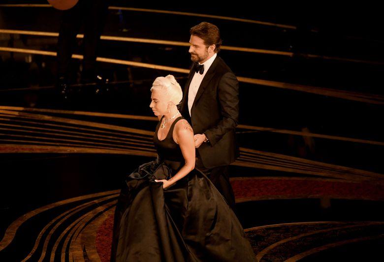 Lady Gaga dan Bradley Cooper naik ke atas panggung Oscar 2019 di California, Amerika Serikat pada Minggu (24/2).Kevin Winter/Getty Images