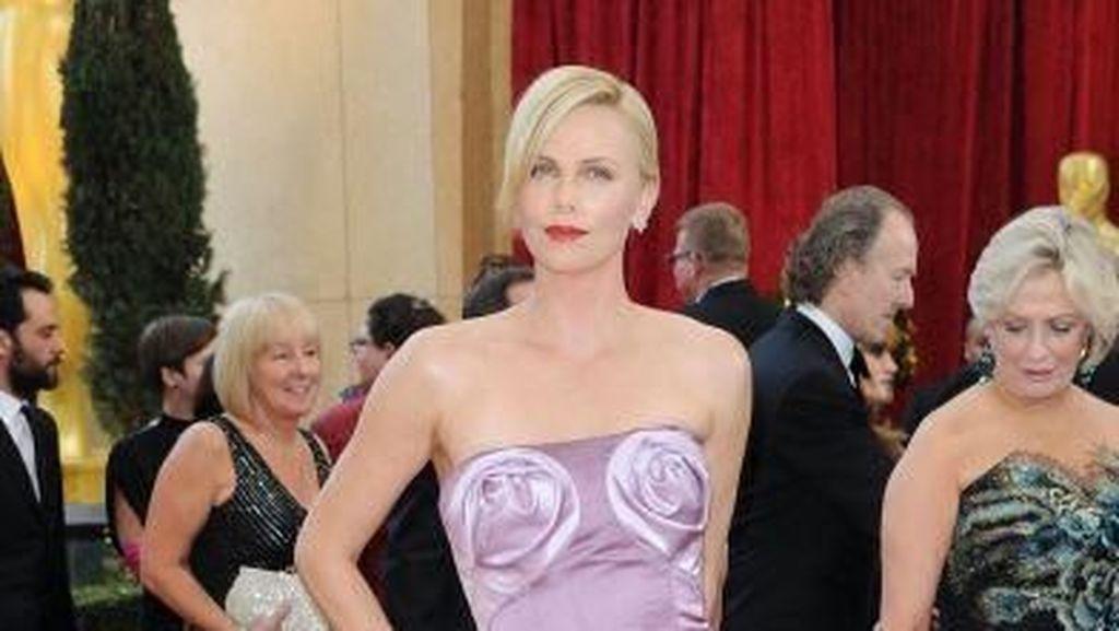Foto: 8 Gaun Oscar Paling Kontroversial, Ada yang dari Kartu Kredit