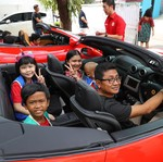 Anak Penderita Kanker Semringah Naik Ferrari
