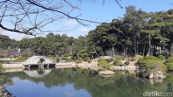 Selain bunga-bunga yang cantik, taman ini juga dilengkapi dengan pemandangan yang indah. Di tengah taman dibuat danau romantis dengan jembatan. (Bonauli/detikTravel)