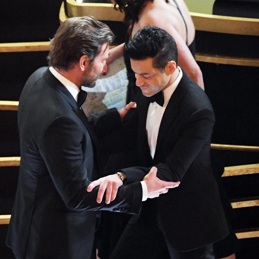 Duh! Setelah Terima Oscar, Rami Malek Terjatuh di Panggung