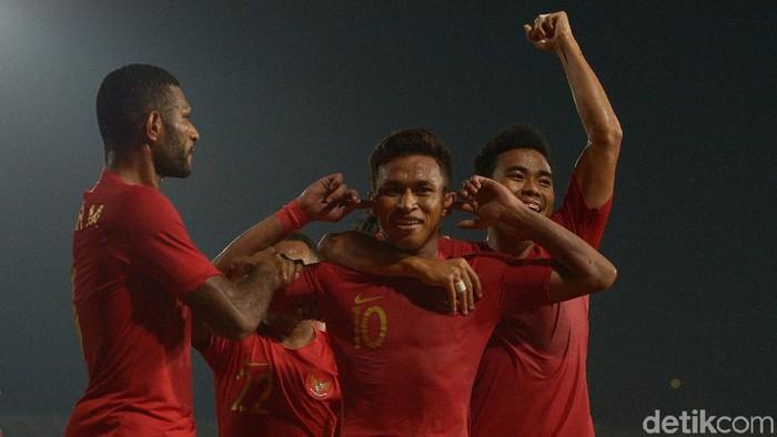 Osvaldo Vaay merayakan gol kemenangan dengan... korek-korek kuping?! (Foto: Antara Foto)