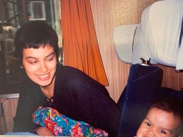 Belum lama ini, Sophia mengunggah foto bersama Eva yang diambil 25 tahun lalu. Seingat Sophia, foto tersebut diambil di sebuah tempat, entah di Jerman atau Belanda. Kala itu rambut Sophia dipotong sangat pendek lho. Bahkan dia menyebutnya sebagai gaya Justin Bieber. Hi-hi-hi. (Foto: Instagram @sophia_latjuba88)