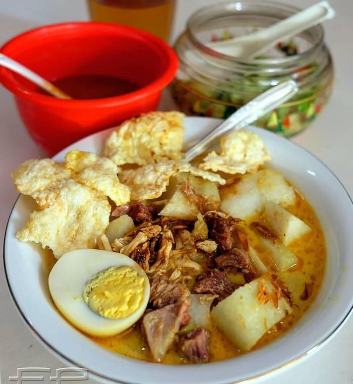 Lontong dengane_ndro kari berkuah encer berisi kentang dan ayam plus telor ini jadi sarapan khas warga Bandung, Yang ini lontong kari Cicendo yang legendaris. Foto : Instagram @e_ndro