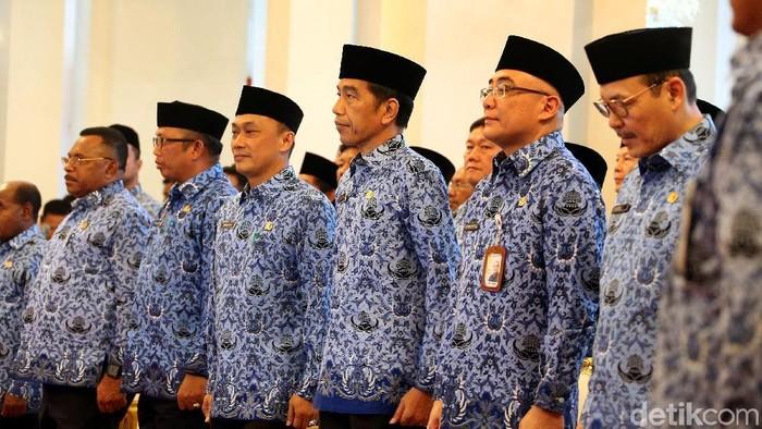 Presiden Joko Widodo (Jokowi) memakai seragam Korpri saat membuka Rapat Kerja Nasional Korpri di Istana Negara, Jakarta Pusat, Selasa (26/2/2019).