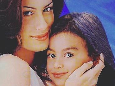 Kalau foto ini diambil tiga tahun kemudian, Bun. Saat itu, Eva sudah agak besar dan berambut panjang. Sedangkan Mama Sophia wajahnya seakan enggak pernah berubah ya. Tetap awet muda. (Foto: Instagram @sophia_latjuba88)