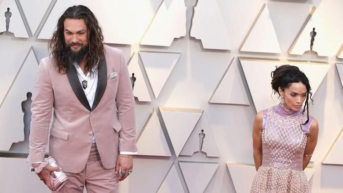 Aktor Jason Momoa dan istrinya Lisa Bonet berpose di red carpet Oscars 2019. Foto: Getty Images