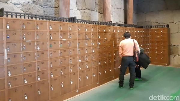 Wisatawan tak perlu khawatir sepatunya hilang, karena pengelola menyediakan loker. Kunci loker dibawa oleh wisatawan langsung. (Bonauli/detikTravel)