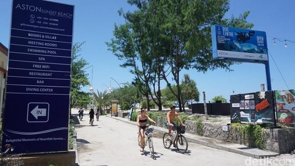 Turis yang bersepeda di Gili Trawangan. Tidak ada kendaraan bermotor di Gili Trawangan, yang membuat pulau ini terkenal dengan sebutan pulau tanpa polusi (Afif Farhan/detikTravel)