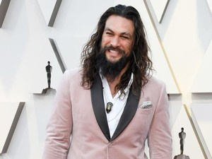 Ikat Rambut Jadul Jason Momoa di Oscars 2019 Viral, Akankah Jadi Tren?