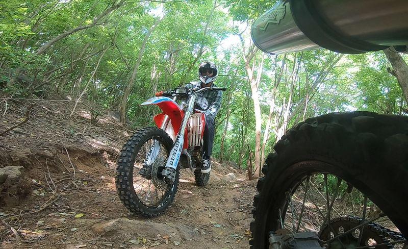 Marshall Sastra dan Vincent Verhaag naik motor trail di Bukit Geresak, Sekotong, Lombok Barat dalam episode terbaru My Trip My Adventure (My Trip My Adventure)
