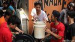 Aksi Heroik Petugas Damkar Jinakkan Api di Krukut Jakbar
