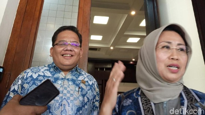 Anggota Ombudsman Ninik Rahayu dan Adrianus Meliala saat mendatangi kantor Menko Polhukam Wiranto (Foto: Zakia Liland Fajriani/detikcom)