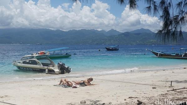 Turis pun menikmati Gili Trawangan dengan berjemur (Afif Farhan/detikTravel)
