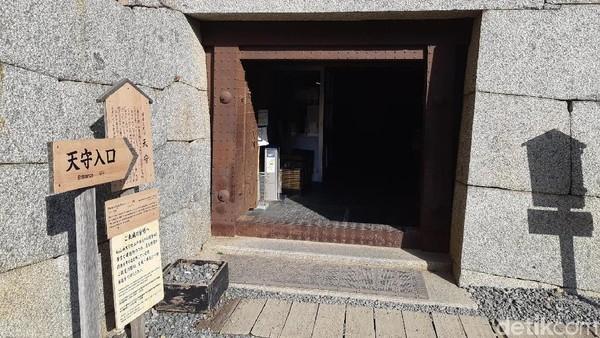 Sebuah gudang dimodifikasi menjadi pintu masuk kastil. Wisatawan diminta untuk mengganti sepatu dengan sendal yang sudah disediakan. (Bonauli/detikTravel)