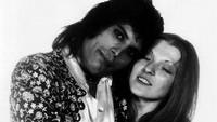 Keduanya menjalin kasih mulai dari merintis karier hingga Freddie menjadi bintang rock dunia. Dok. Vintag.es