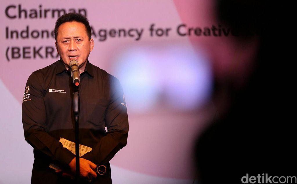 Kepala Bekraf Triawan Munaf memberikan keterangan pers program Archipelageek di Plaza Senayan, Jakarta, (26/2/2019).