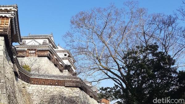 Sang arsitektur, Kato Yoshiaki, memotong 2 gunung dan membangun kastil ini di atasnya. Hal ini juga jadi alasan dalam pengamanan serangan dari musuh. (Bonauli/detikTravel)