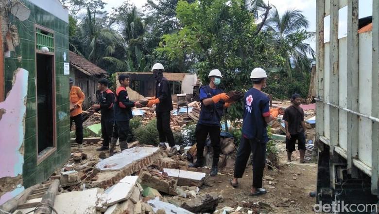 Tanah Masih Terus Gerak, Rumah Warga di Banjarnegara Dibongkar