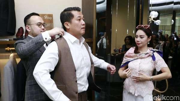 Femmy Permatasari Temani Calon Suami Fitting Jas Puluhan Juta