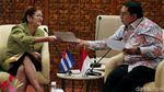 Fadli Zon Beri Keris ke Dubes Kuba di DPR