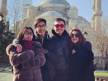 Foto lengkap berempat, anak-anaknya mirip sekali dengan Gunawan ya, Bun? (Foto: Instagram @gunawan_sudrajat_real)